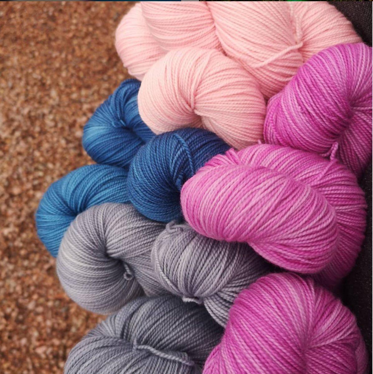 Garn i rosa, blått och grått bjuder in till webbutiken