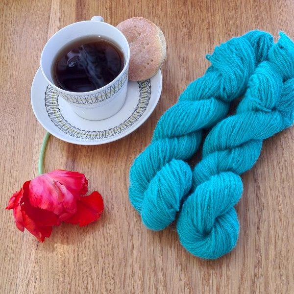 Färgen Bancha tillsammans med en te kopp och en tulpan