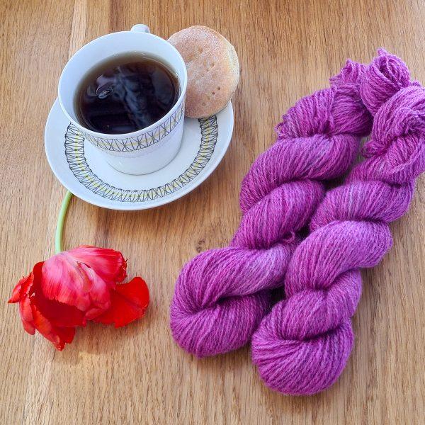 Färgen Ceylon tillsammans med en te kopp och en tulpan