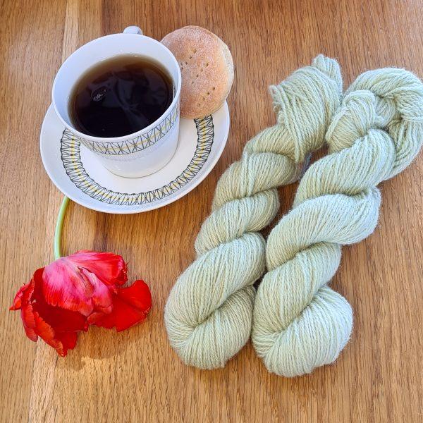 Färgen Citron-Lime tillsammans med en te kopp och en tulpan