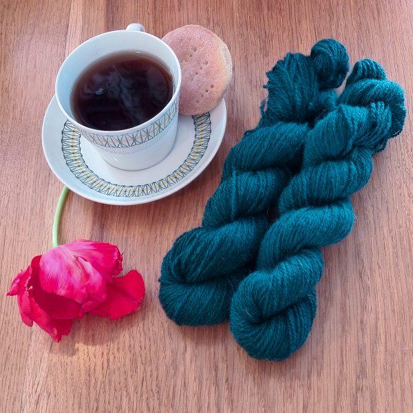 Färgen Earl Grey tillsammans med en tekopp och en tulpan