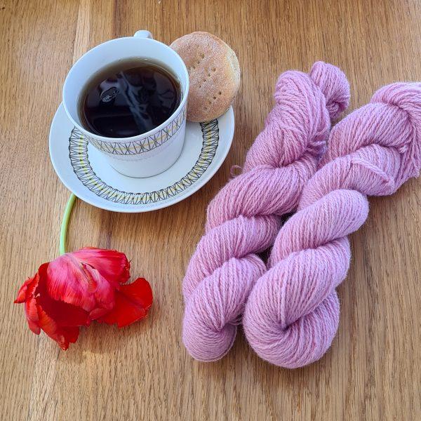 Färgen English Rose tillsammans med en tekopp och en tulpan