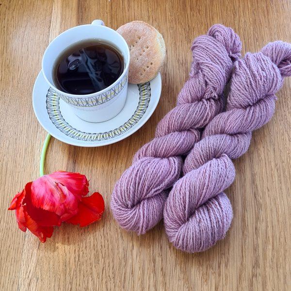 Färgen Grädde&Rabarber tillsammans med en tekopp och en tulpan