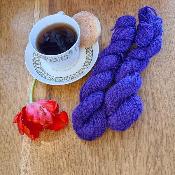 Färgen Imperial Tea tillsammans med en tekopp och en tulpan