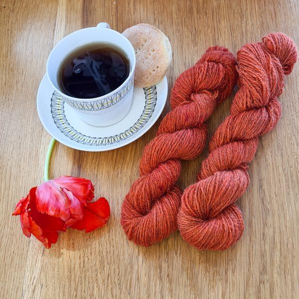 Färgen Rooibos tillsammans med en tekopp och en tulpan
