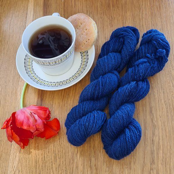 Färgen Royal Tea tillsammans med en tekopp och en tulpan