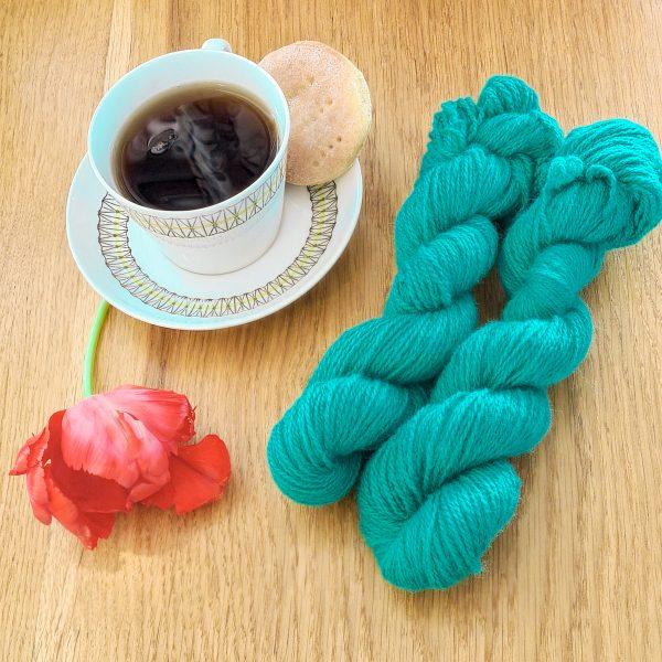 Färgen Sencha tillsammans med en tekopp och en tulpan