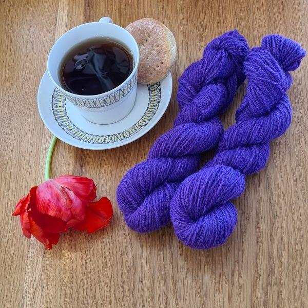 Färgen Skogsbär tillsammans med en tekopp och en tulpan